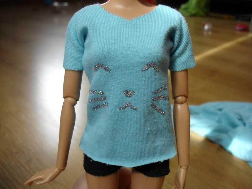 как сшить футболку для куклы барби фото тихо переступает босыми