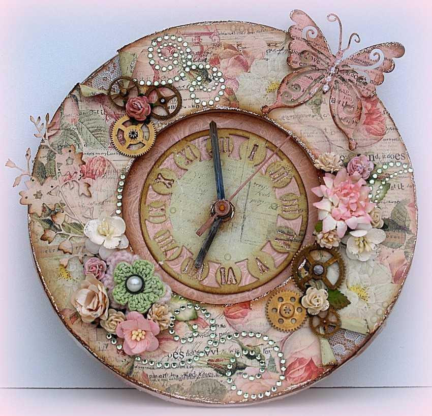 Очень часто часы декупаж украшены цветочным орнаментом, который очень гармонично дополняет дизайн интерьера в деревенском, романтичном стиле, а также стиле прованс.