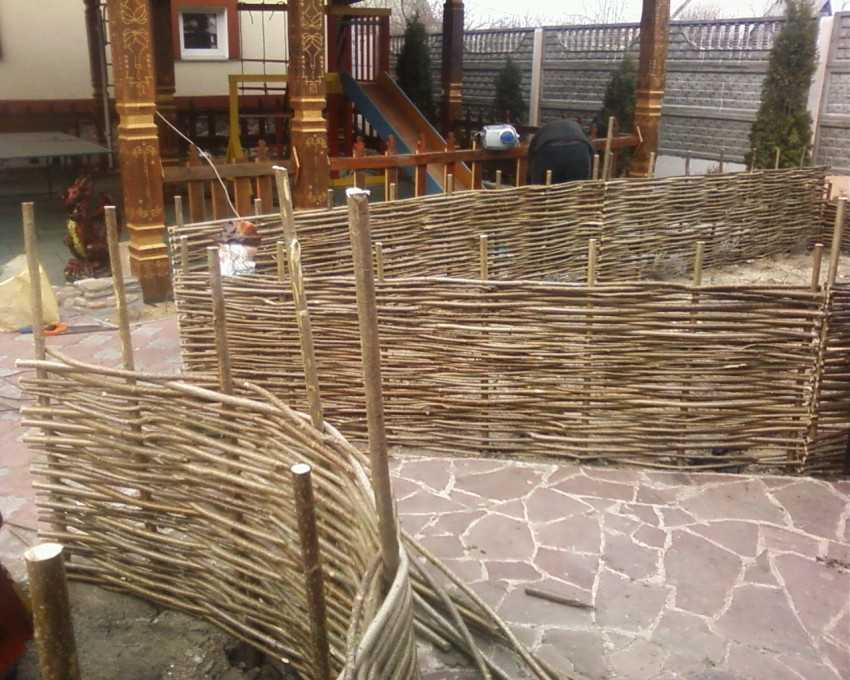Как сделать плетеный забор из до