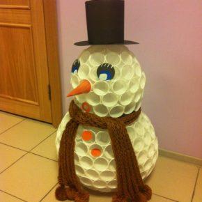 Снеговик из пластиковых стаканчиков своими руками пошагово: инструкции, мастер класс по созданию + фото/видео